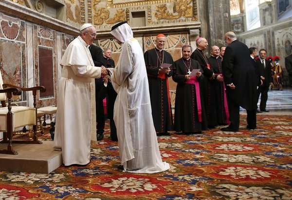 Pope Francis greeting a Muslim at the Vatican (Courtesy of Asianews.it)