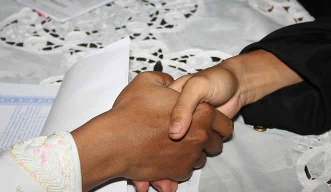 muslim-boys-handshake-switzerland